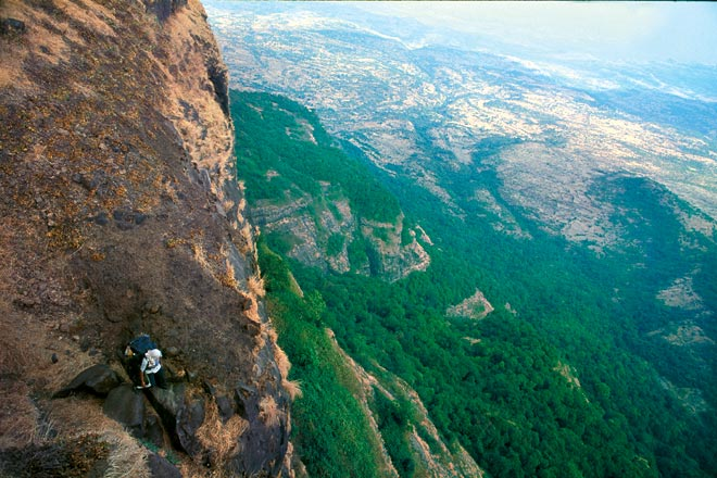 The Alang-Madan stretch of the trail has some tricky rock patches and dizzingly beautiful views